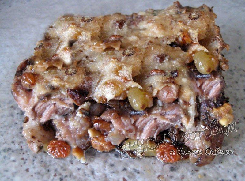 Свиной гуляш с грибами и орехами
