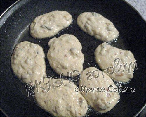 Творожные оладьи с кукурузной муки с изюмом и орехами - шаг 5